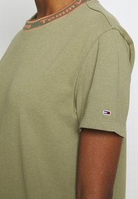 Tommy Jeans - BRANDED NECK TEE DRESS - Vestido informal - olive tree - 5