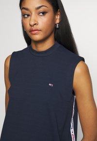 Tommy Jeans - TAPE DETAIL A LINE DRESS - Žerzejové šaty - twilight navy - 4