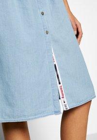 Tommy Jeans - CHAMBRAY STRAP DRESS - Spijkerjurk - light indigo - 6