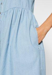Tommy Jeans - CHAMBRAY STRAP DRESS - Spijkerjurk - light indigo - 4