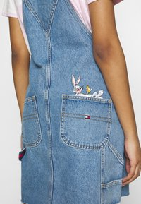 Tommy Jeans - LOONEY TUNES DUNGAREE - Denim dress - light blue denim - 3