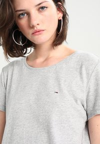 Tommy Jeans - T-shirt con stampa - light grey - 5