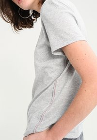 Tommy Jeans - T-shirt con stampa - light grey - 3
