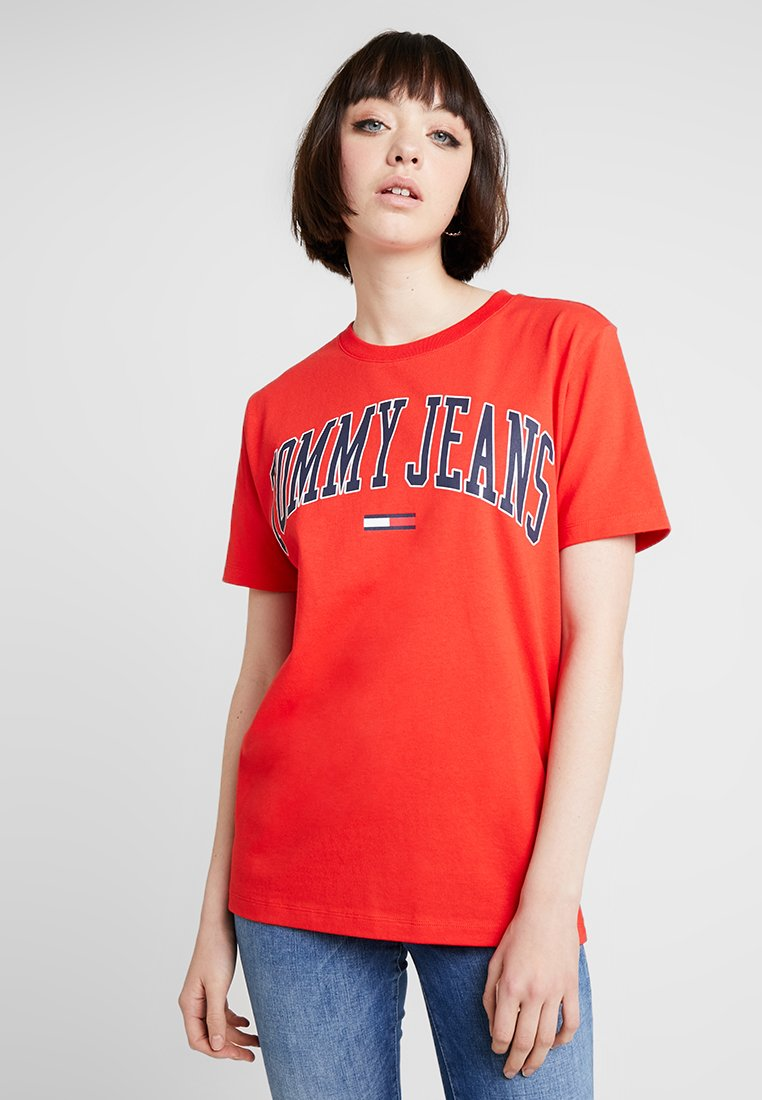 Tommy Jeans - COLLEGIATE LOGO TEE - T-Shirt print - flame scarlet