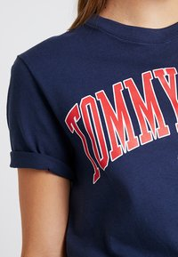 Tommy Jeans - COLLEGIATE LOGO TEE - T-shirts med print - black iris - 5
