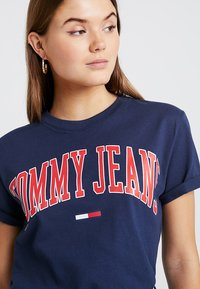 Tommy Jeans - COLLEGIATE LOGO TEE - T-shirts med print - black iris - 3