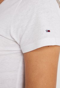 Tommy Jeans - CASUAL TEE - Triko s potiskem - classic white - 5