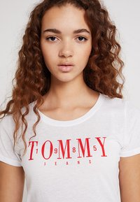 Tommy Jeans - CASUAL TEE - Triko s potiskem - classic white - 3