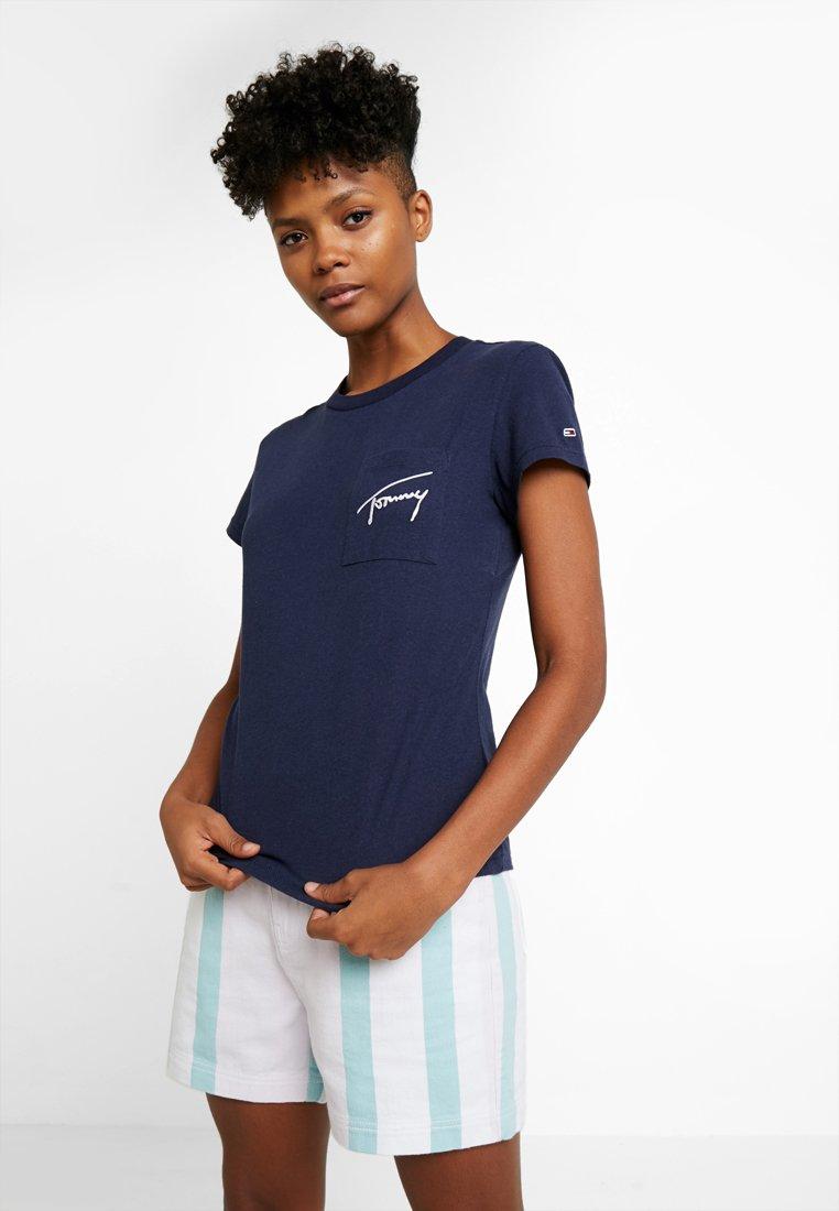 Tommy Jeans - TJW EASY POCKET TEE - Print T-shirt - black iris