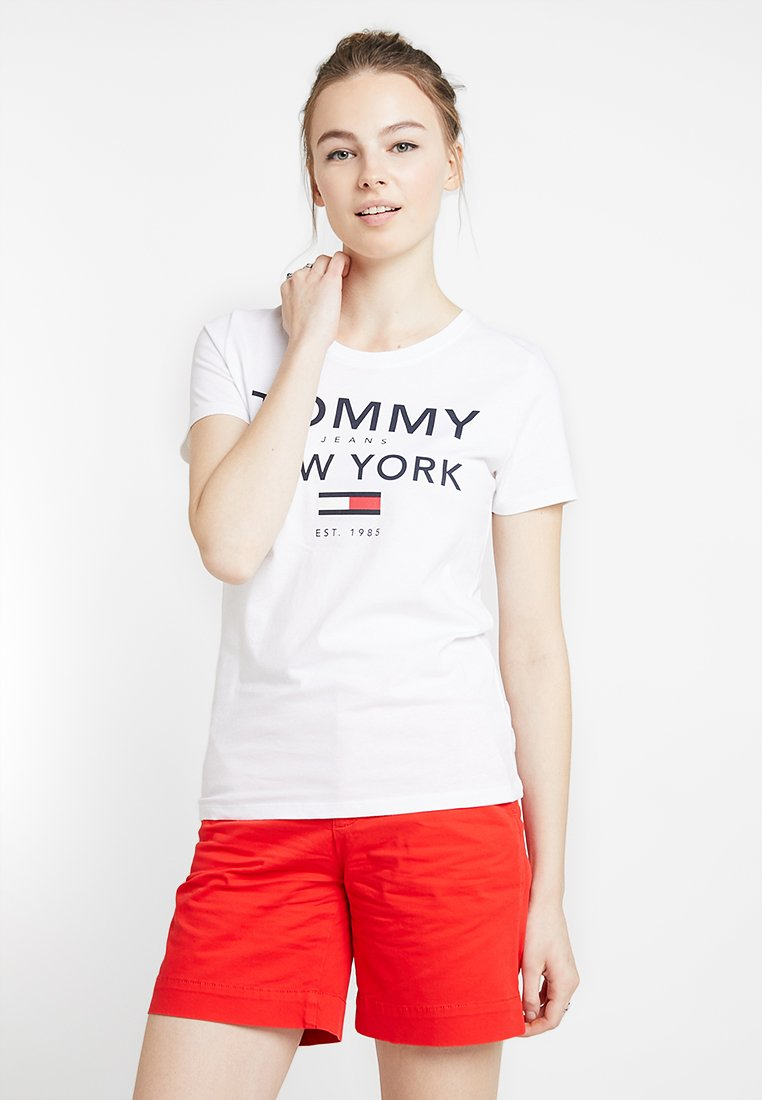 Tommy Jeans - TJW ESSENTIAL GRAPHIC TEE - Print T-shirt - classic white