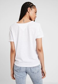 Tommy Jeans - SUMMER ESSENTIAL TEE - T-shirt - bas - classic white - 2