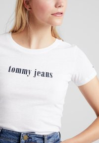 Tommy Jeans - ESSENTIAL SLIM TEE - Camiseta estampada - classic white - 5