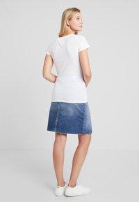 Tommy Jeans - ESSENTIAL SLIM TEE - Camiseta estampada - classic white - 2