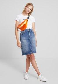 Tommy Jeans - ESSENTIAL SLIM TEE - Camiseta estampada - classic white - 1