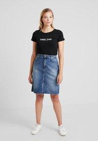 Tommy Jeans - ESSENTIAL SLIM TEE - T-shirts print - black - 1