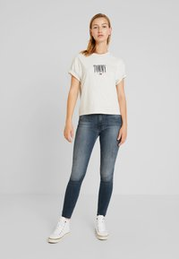 Tommy Jeans - EMBROIDERY GRAPHIC TEE - T-shirt con stampa - pale grey heather - 1
