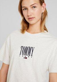 Tommy Jeans - EMBROIDERY GRAPHIC TEE - T-shirt con stampa - pale grey heather - 3