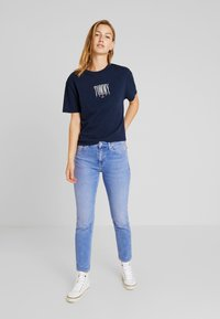 Tommy Jeans - EMBROIDERY GRAPHIC TEE - Print T-shirt - black iris - 1