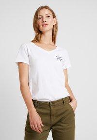 Tommy Jeans - ESSENTIAL V NECK TEE - Jednoduché triko - classic white - 0