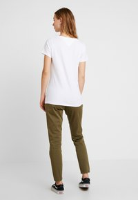 Tommy Jeans - ESSENTIAL V NECK TEE - Jednoduché triko - classic white - 2