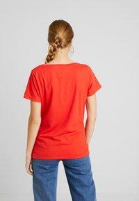 Tommy Jeans - ESSENTIAL V NECK TEE - T-shirt basique - flame scarlet - 3