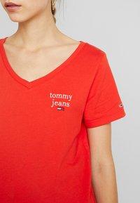 Tommy Jeans - ESSENTIAL V NECK TEE - T-shirt basique - flame scarlet - 5