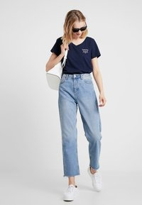 Tommy Jeans - ESSENTIAL V NECK TEE - T-Shirt basic - dark blue - 1