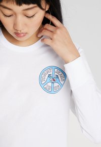 Tommy Jeans - PEACE AND LOVE LONGSLEEVE - Long sleeved top - classic white - 5