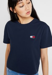 Tommy Jeans - BADGE TEE - Basic T-shirt - black iris