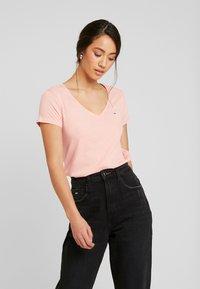 Tommy Jeans - SOFT V NECK TEE - Camiseta básica - pink icing - 0