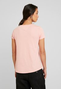 Tommy Jeans - SOFT V NECK TEE - Camiseta básica - pink icing - 2