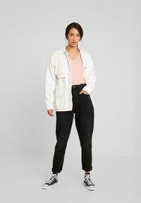 Tommy Jeans - SOFT V NECK TEE - Camiseta básica - pink icing - 1