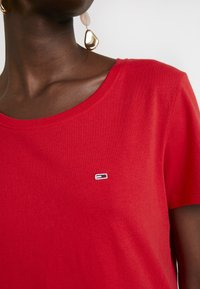 Tommy Jeans - SOFT TEE - T-shirt basique - flame scarlet - 5