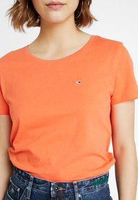 Tommy Jeans - SOFT TEE - T-shirt basique - emberglow - 4