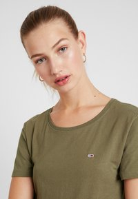 Tommy Jeans - SOFT TEE - T-shirts - capers - 3