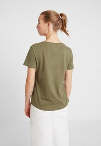 Tommy Jeans - SOFT TEE - T-shirts - capers - 2