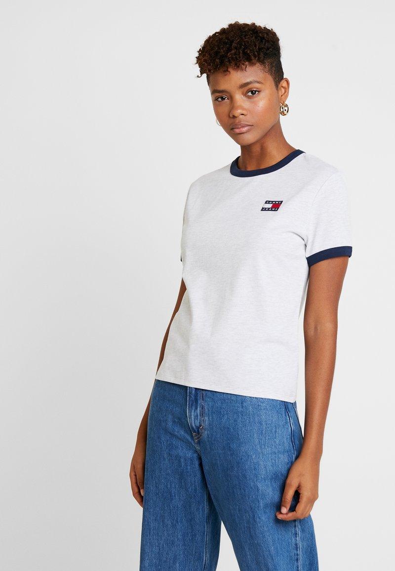 Tommy Jeans - BADGE RINGER TEE - T-shirt imprimé - pale grey heather