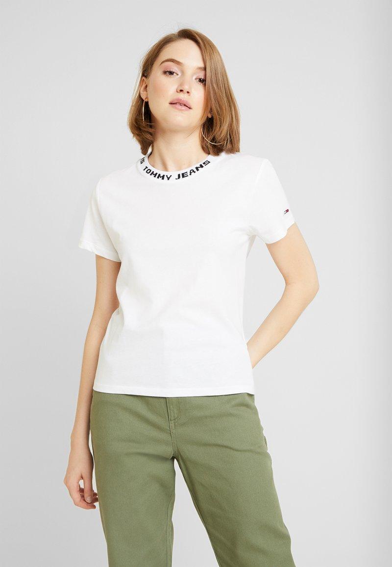 Tommy Jeans - BRANDED NECK TEE - Camiseta estampada - classic white