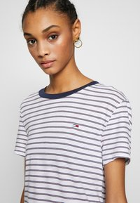 Tommy Jeans - ESSENTIAL STRIPE TEE - Print T-shirt - classic white / multi - 5