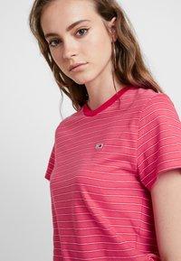 Tommy Jeans - ESSENTIAL STRIPE TEE - T-shirt imprimé - claret red - 4