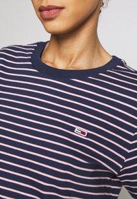 Tommy Jeans - ESSENTIAL STRIPE TEE - T-shirt imprimé - black iris/multi - 4