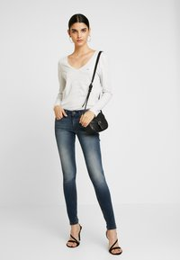Tommy Jeans - SOFT V NECK LONGSLEEVE - Topper langermet - pale grey heather - 1