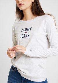 Tommy Jeans - SQUARE LOGO LONGSLEEVE - Topper langermet - pale grey heater - 4