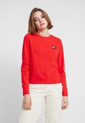 BADGE LONGSLEEVE - T-shirt à manches longues - flame scarlet