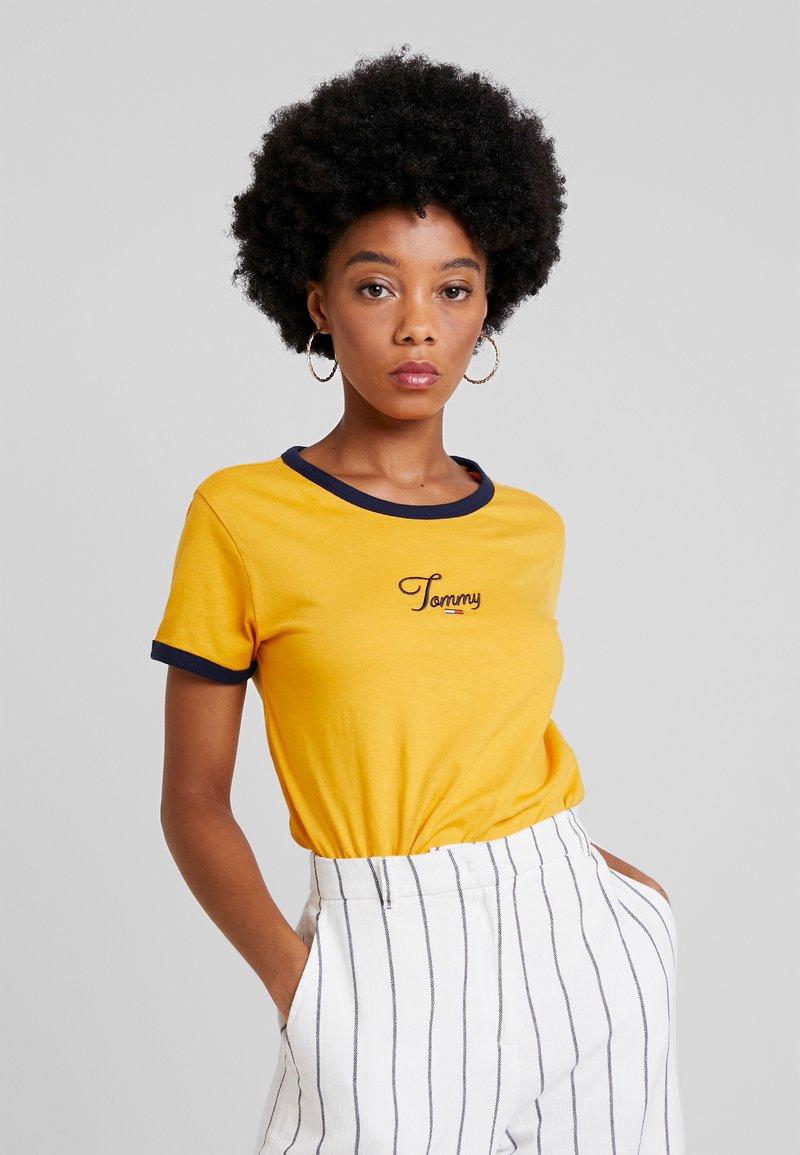 Tommy Jeans - SCRIPT RINGER TEE - Print T-shirt - golden glow