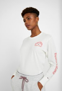 Tommy Jeans - TJW TOMMY SLEEVE LONGSLEEVE - Maglietta a manica lunga - snow white - 0