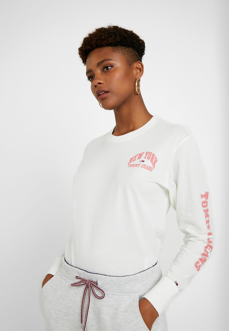 Tommy Jeans - TJW TOMMY SLEEVE LONGSLEEVE - Long sleeved top - snow white