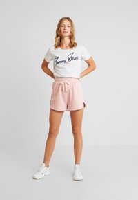 Tommy Jeans - VINTAGE SCRIPT TEE - T-shirt imprimé - pale grey - 1