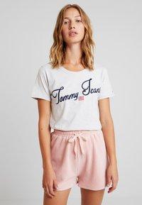 Tommy Jeans - VINTAGE SCRIPT TEE - T-shirt imprimé - pale grey - 2