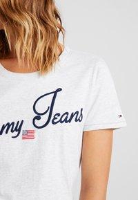 Tommy Jeans - VINTAGE SCRIPT TEE - T-shirt imprimé - pale grey - 5